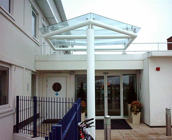 EF05 Supported Glass Entrance Feature Hotel Minster